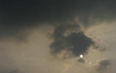 乌云下的落日图片