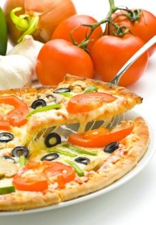 美味比萨与蕃茄图片