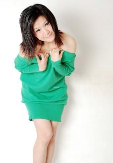 绿色露肩短裙美女图片