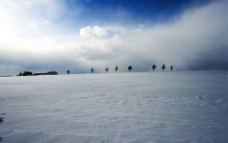 白雪覆盖的山冈图片