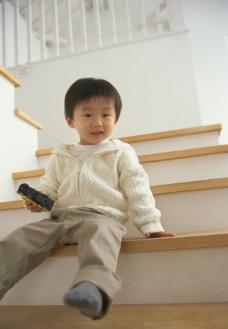 坐在楼梯间的小男孩图片