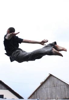 飞跃的男人图片