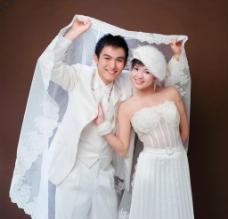 白色婚纱配银色跟鞋