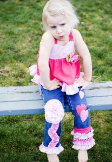 坐在公园板凳上的小女孩图片