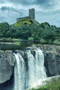 古堡瀑布風光圖片