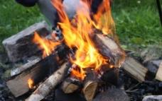 燃烧的木柴图片